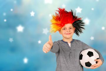 Junge mit Deutschland-Perücke und Fußball