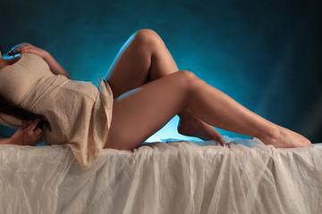 Frau zeigt Beine