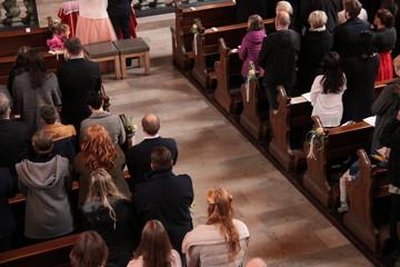 Gläubige Menschen in der Kirche bei Hochzeit