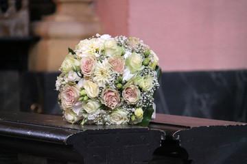 Brautstrauß bei Hochzeit in der Kirche auf Kirchenbank