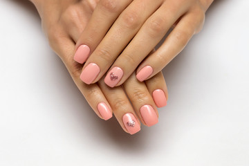 Poster de jardin Manicure pink manicure with golden hearts on nameless fingers on short nails