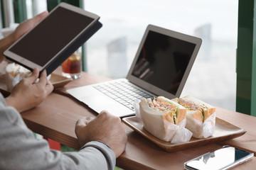 カフェのサンドイッチでランチ