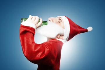 Karikatur vom lustigen Weihnachtsmann der Bier trinkt