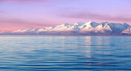In de dag Purper Manasarovar lake at sunrise in Western Tibet, China