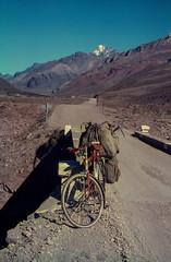 Altes bepacktes Fahrrad in den Anden 1966