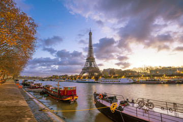 Fotomurales - The Eiffel Tower and river Seine at twilight in Paris