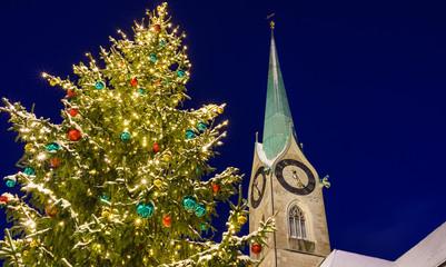 Weihnachtsbaum vor der Kirche St. Peter in Zürich