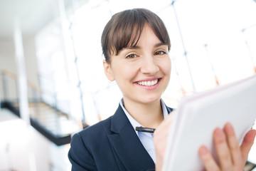 Geschäftsfrau mit Tablet Computer im Internet Business