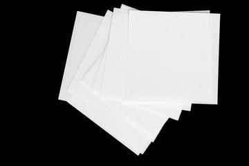 Weiße unbeschriebene Notizzettel auf schwarzer Oberfläche