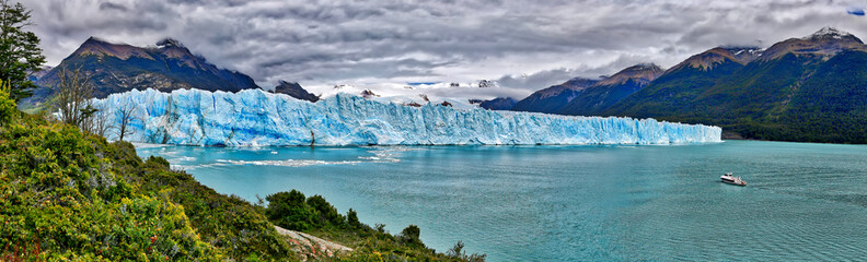 Photo sur Plexiglas Glaciers Vessel in front of Perito Moreno Glacier at Los Glaciares National Park N.P. (Argentina)