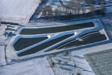 Vue aérienne de bassins sous la neige en banlieue ouest de Paris