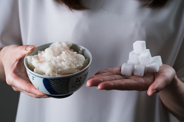 お米と砂糖を持つ女性