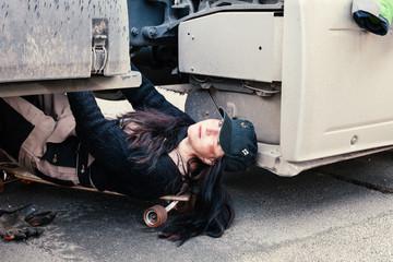 Frau repariert einen LKW