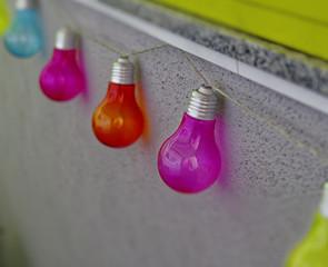Lichter einer bunten leuchtenden Lichterkette einer Partybeleuchtung