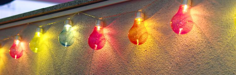 Lichter einer bunten leuchtenden Lichterkette bei Nacht