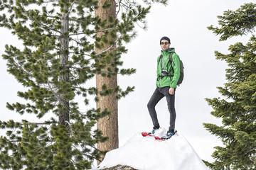 montañero mirando en paisajes nevados