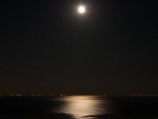 大阪湾と月