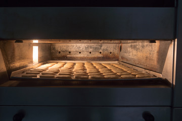 Ein Backblech voll Keksen im Backofen einer Konditorei