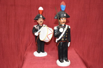 Statuettes of policemen dressed as parades.