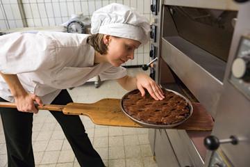 Junge Konditorin prüft Linzer Torte