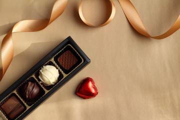 チョコレートとゴールドのリボン バレンタインのイメージ