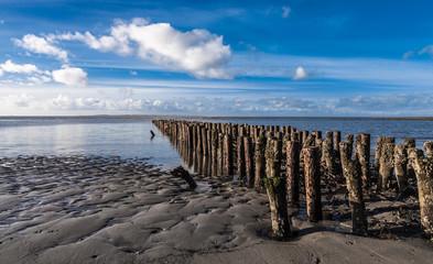 Alter Holzsteg an der Nordseeküste