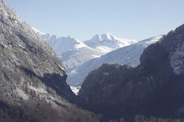 Berglandschaft im Winter, Blick ins Tal, enges Tal