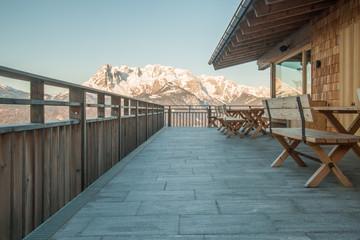Terasse einer Berghütte mit Aussicht auf die Bergwelt