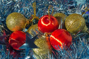 красные и золотые елочные шары