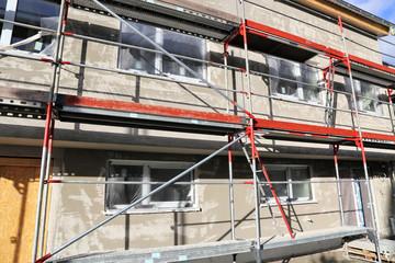 Neubau mit abgeschlossenem Grundputz der Außenfassade