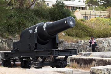 Tourist fotografiert eine Kanonen-Attrappe