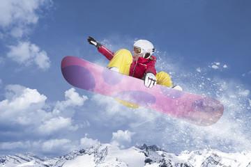 snowboarderin springt durch die luft