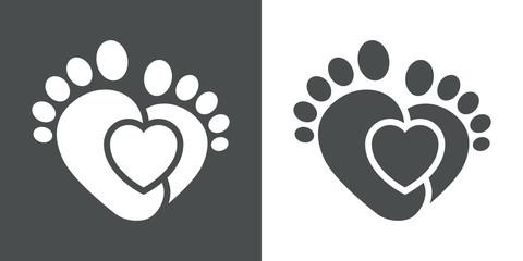 Icono plano corazon con pies infantiles gris y blanco