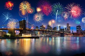 Feuerwerk über der Brooklyn Bridge in New York City, USA