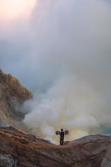 Sonnenaufgang am Ijen Vulkan in Indonesien