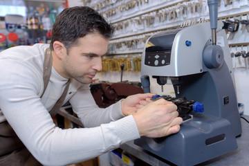 Key cutter using machine