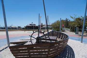Kinderspielplatz in Form eines Bootes mit Steuerrad und Fernrohr-Attrappe