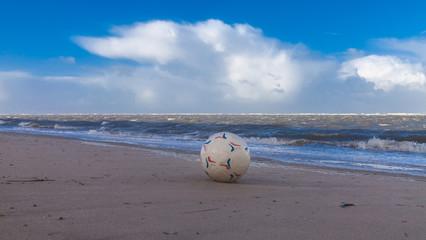 Spielball am Strand