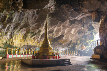 Foto auf AluDibond Tempel Buddhists temple in Saddar cave near Hpa-an in Myanmar