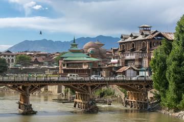 Keuken foto achterwand India Riverside view of old town Srinagar from one of the bridges across Jhelum river, Jammu and Kashmir, India.