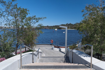 Treppe zu einem Aussichtspunkt am Hafenbecken von Perth mit orangenem Rettungsring