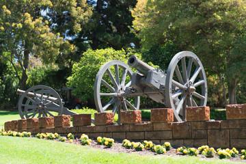 Kanone als Bestandteil eines Denkmals mit Schussrichtung nach links