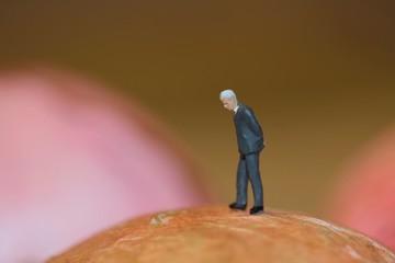 businessman anziano solitario e pensieroso