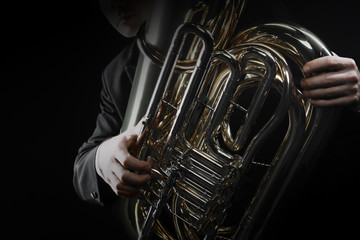 In de dag Muziek Tuba brass instrument. Wind music horn player