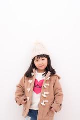 冬のコートを着る女の子