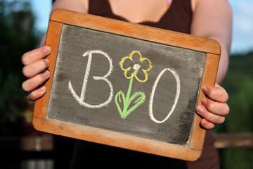 alte Schultafel mit Kreideschrift 'BIO'