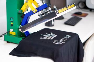 Flexdruck auf schwarzem T-Shirt