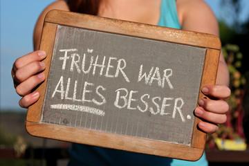alte Schultafel mit Kreideschrift 'FRÜHER WAR ALLES BESSER'