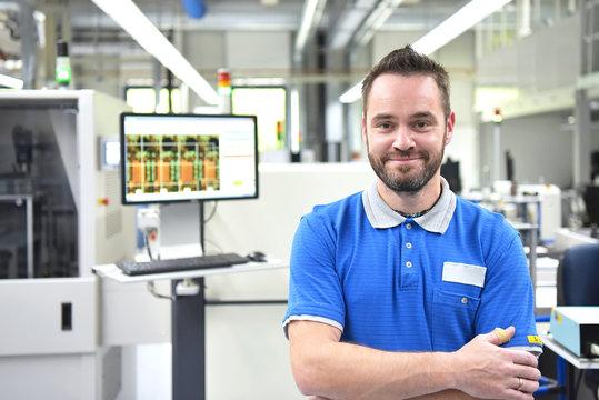 Portrait Arbeiter in der Elektronikfertigung in einer Industriefabrik // Portrait of workers in electronics production in an industrial factory