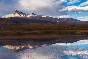 Foto op Canvas Reflectie The mountain range Munku-Sardyk is reflected in the lake water